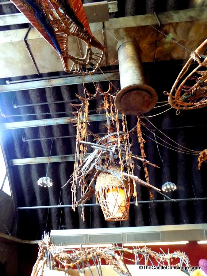 Na'vi artifacts decorate Satu'li Canteen.